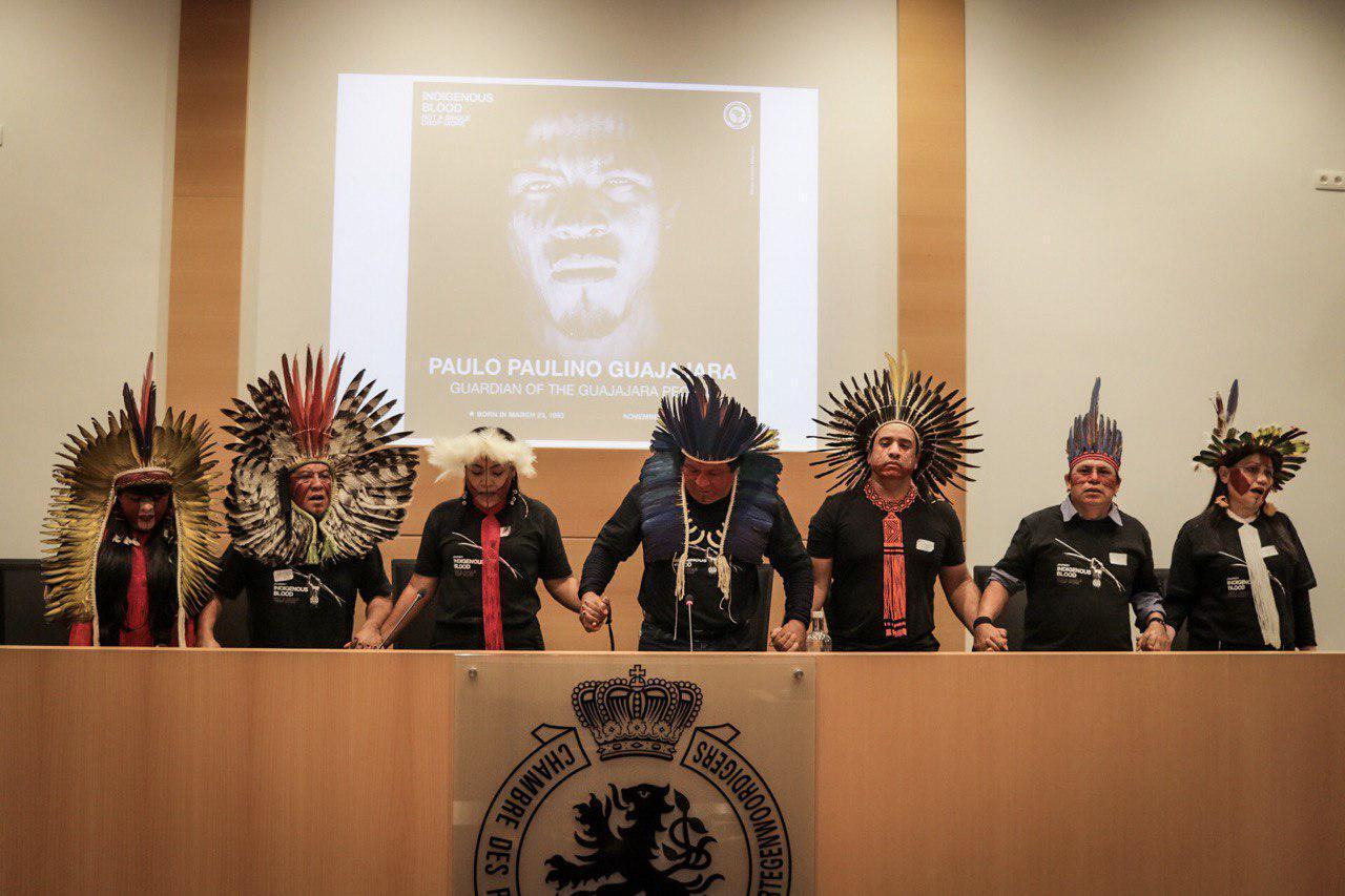 Delegação Sangue Indígena: Nenhuma Gota a Mais participou de uma audiência no Parlamento belga, onde denunciou a morte do guardião da floresta Paulo Paulino Guajajara e o aumento das ameaças, ataques e assassinatos contra os povos indígenas.