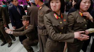 金日成誕辰105周年紀念日,朝鮮士兵拍照留念
