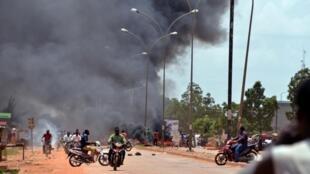 Wakazi wa Ouagadougou wakiweka vizuizi katika mitaa ya mji mkuu baada ya kutangazwa kwa mapinduzi ya serikali, Septemba 17, 2015.
