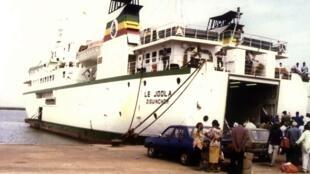 Le « Joola » assurait la navette entre Dakar et Ziguinchor. Il a sombré le 26 septembre 2002 au large de la Gambie. C'est l'un des naufrages les plus tragiques au monde.