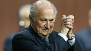 Sepp Blatter reeleito Presidente da FIFA para um quinto mandato.