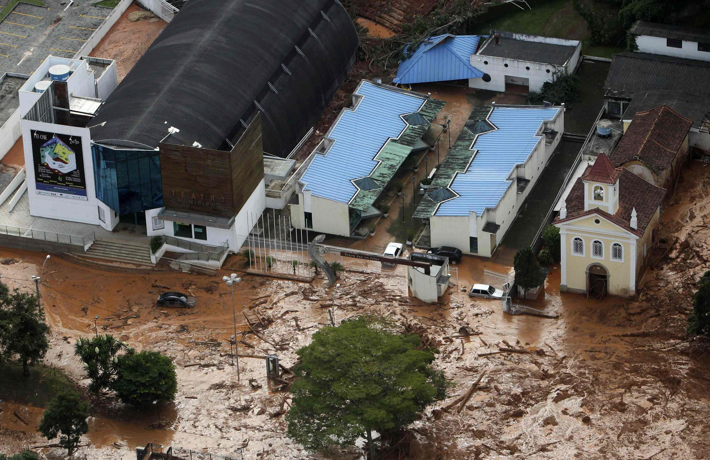 Deslizamento de terras em Nova Friburgo deixa a Igreja de Santo Antônio tomada de lama.
