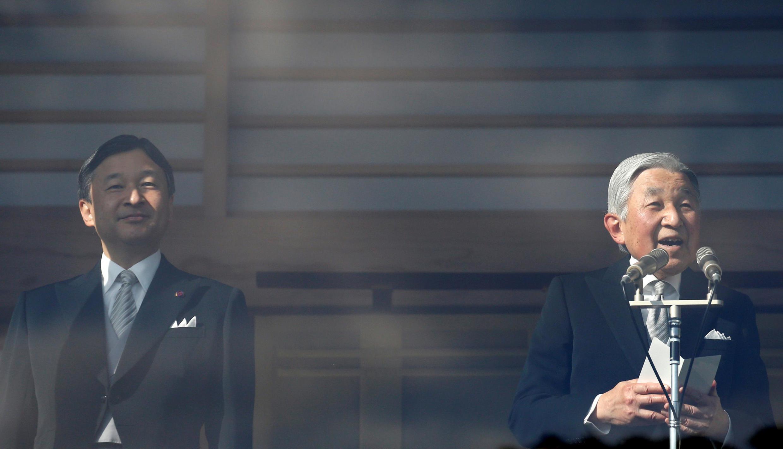 L'empereur Akihito (à dr.) et son fils, Naruhito, pour les célébrations du Nouvel An au Palais impérial de Tokyo, le 2 janvier 2017.