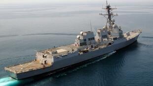 Khu trục hạm USS Mustin của Hải quân Hoa Kỳ. Chiếc Mustin đã ghé cảng Cam Ranh vào trung tuần tháng 12/2016, vào thời điểm thủ tướng VN Nguyễn Xuân Phúc điện đàm với TT tân cử Mỹ Donald Trump, sau đó ra Biển Đông nhận lại tàu lặn Mỹ do Bắc Kinh trả lại.