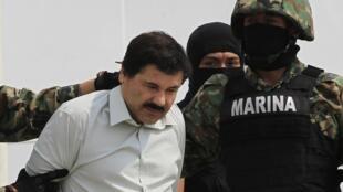 警方抓捕了越獄的墨西哥大毒梟古茲曼後把其押向墨西哥城的監獄 (2014年2月24日)