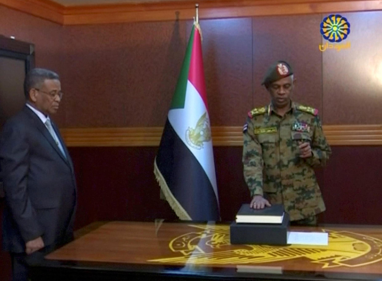 Le ministre soudanais de la Défense Awad Ibn Auf prête serment à la tête du Conseil militaire de transition, à Khartoum, le 11 avril 2019.