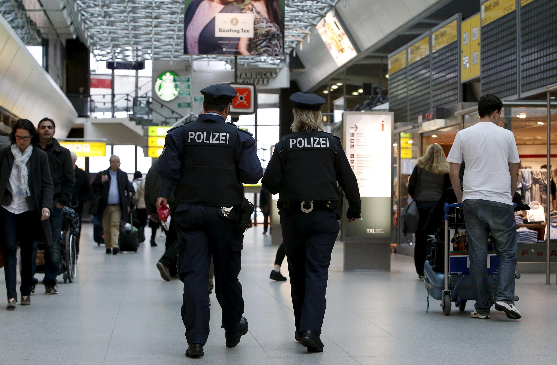 Cảnh sát Đức tăng cường tuần tra bên trong sân bay Tegel ở Berlin, Đức, ngày 23/03/2016, sau các cuộc tấn công khủng bố tại Bruxelles.
