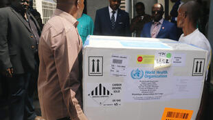 Des fonctionnaires du ministère de la Santé congolais transportent le premier lot de vaccins expérimentaux contre le virus Ebola à Kinshasa, le 16 mai 2018.