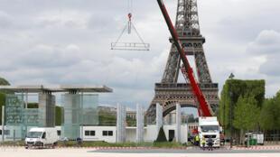 La fan-zone en cours d'installation au pied de la Tour Eiffel, à Paris, le 9 mai 2016.