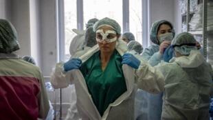 Médicos da unidade de tratamento do novo coronavírus do hospital Spasokukotsky, em Moscou.