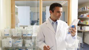 Nhờ sự phổ biến của phương pháp trị liệu kết hợp 3 loại thuốc, tỷ lệ tử vong do HIV đã giảm 24% (Getty Images)