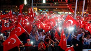Người ủng hộ tổng thống Thổ Nhĩ Kỳ Recep Tayyip Erdogan tập trung nghe diễn văn tại quảng trường Taksim, Istanbul, ngày 10/08/2016.