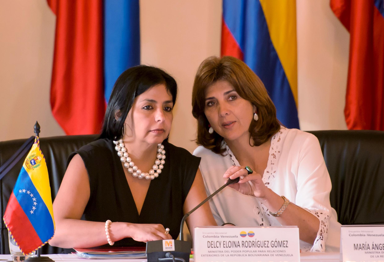 A chanceler venezuelana, Delcy Rodriguez (esq), e sua homóloga colombiana, Maria Angela Holguin, durante encontro em Cartagena, em 26 de agosto de 2015.