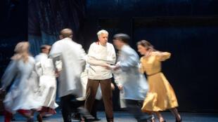Photo de la comédie-ballet <i> Monsieur de Pourceaugnac </i>de Molière avec la musique de Lully, au Théâtre des Bouffes du Nord (du 21 juin au 9 juillet 2016).