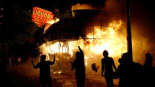 5月28日夜間,明尼阿波利斯警察局第三分局附近的酒精商店被點燃