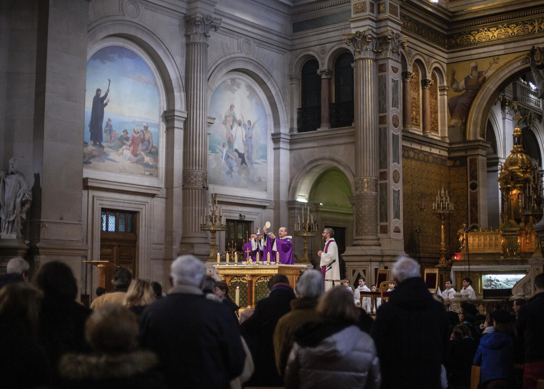 Com a chegada do Advento os católicos franceses pedem o regresso das missas, em França.