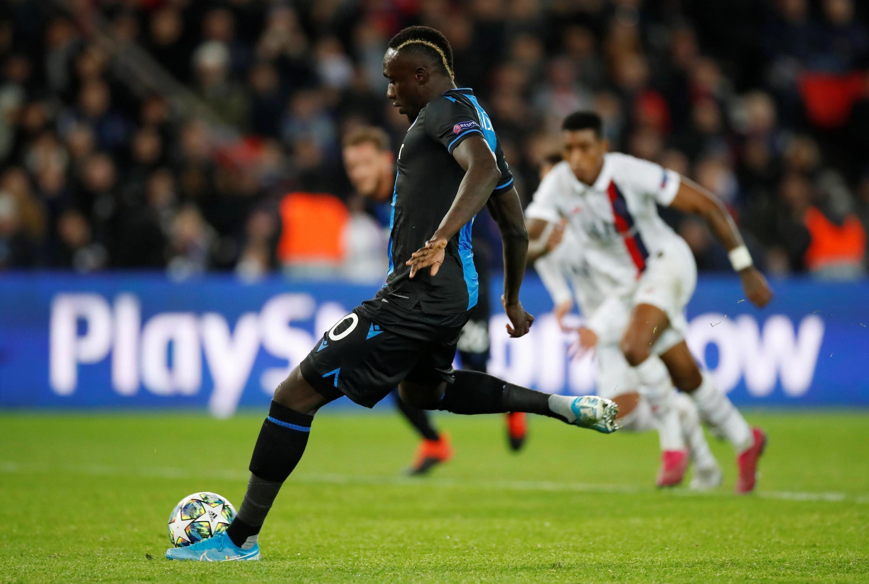 Mbaye Diagne frappe et manque le penalty de Bruge face au PSG.