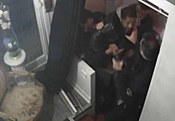 Captura de pantalla de un video AFP con imágenes de una cámara de seguridad en las que se ve a policías pegando al productor musical Michel Zecler en París