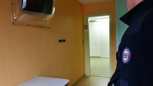 Освободить должны тех, кто болен и кому осталось сидеть меньше месяца. На фото -- камера тюрьмы Секедена, пригорода Лилля.