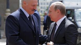 Presidente da Bielorússia Alexandre Lukashenko (esq) e seu homólogo russo Vladimir Putin (dir) em 2016.