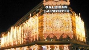 A iluminação noturna das Galerias Lafayette.