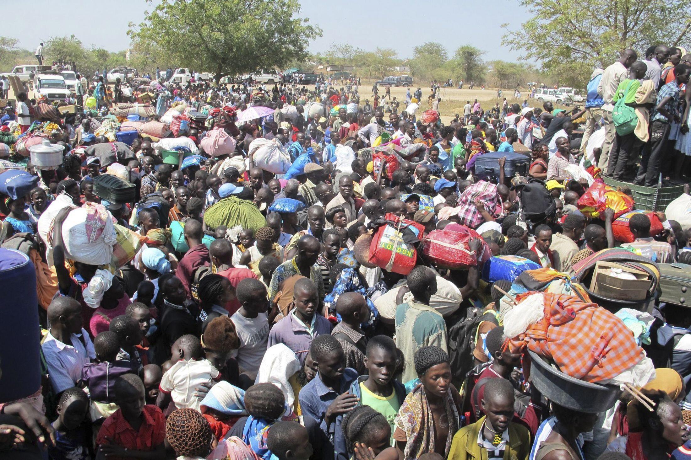 Des civils, fuyant les affrontements dans la ville de Bor, affluent vers la Mission des Nations unies (UNMISS), au Soudan du Sud, le 18décembre 2013, (photo fournie par l'UNMISS).