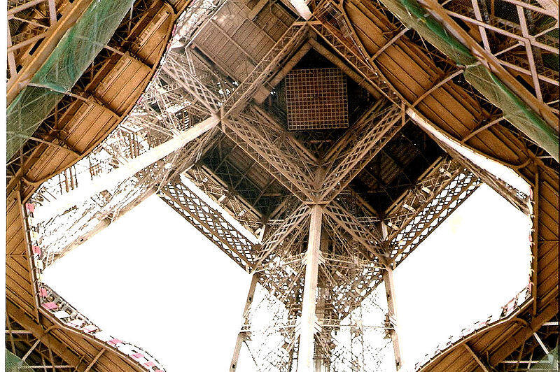 O primeiro andar da Torre Eiffel, visto da base.