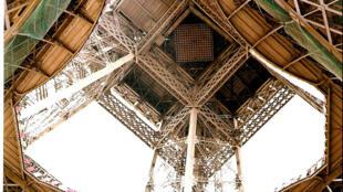 A Torre Eiffel é um dos locais preferidos dos cineastas para realizar stock-shots.