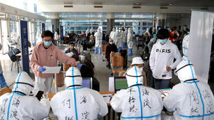 Tiếp nhận hành khách đến Sân bay quốc tế Bắc Kinh, trước khi có lệnh đình chỉ các chuyến bay trực tiếp. Ảnh chụp ngày 18/03/2020