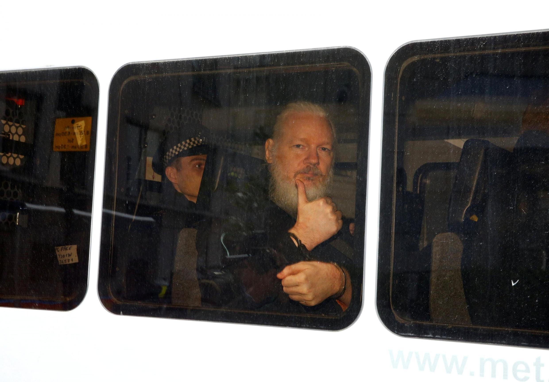 O fundador do Wikileaks deixa a embaixada do Equador em Londres