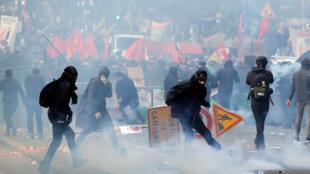 Confrontos entre black blocs e tropas de choque durante a passeata do Dia dos Trabalhadores em Paris. 1º de maio de 2018.