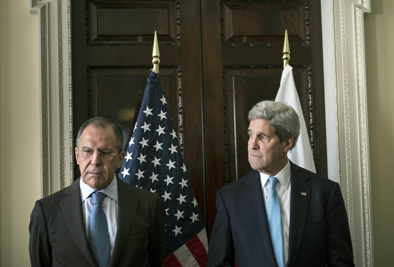 Les ministres russes et américains des Affaires étrangères Sergueï Lavrov (à g.) et John Kerry, le 14 mars, à Londres.
