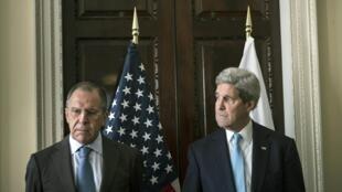 Serguei Lavrov (à esq.) e John Kerry, nesta sexta-feira (14), em Londres.