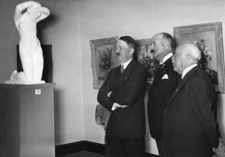 Французский политик и дипломат Андре Франсуа-Понсе и Адольф Гитлер на выставке французского искусства в Берлине. 1937 г.