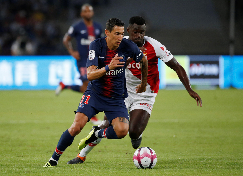 O avançado argentino do PSG, Ángel Di María, marcou o primeiro golo do encontro frente ao Mónaco do internacional guineense, Pelé, atrás do argentino nesta acção durante a SuperTaça francesa que decorreu a 4 de Agosto de 2018.