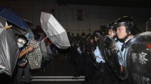 Forças de segurança removeram barricadas instaladas em uma importante avenida próxima à sede do governo em Hong Kong.