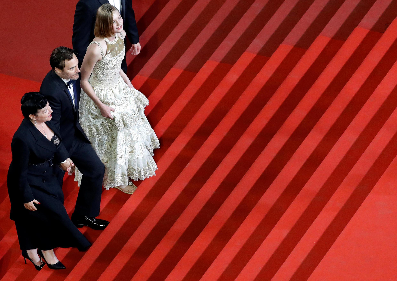 5月27日晚,『你從未在此』導演跟演員走向電影宮。