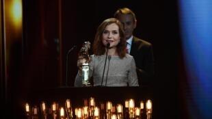 A atriz Isabelle Huppert agradece o Molière de honra.