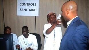 Control sanitario de los pasajeros en el aeropuerto de Conakri, la capital de Guinea.
