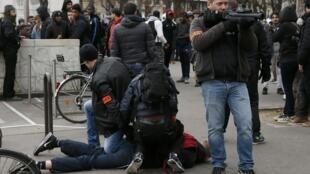 Polícia prende manifestante durante protesto em Paris