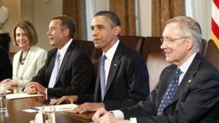 TT. Barack Obama và Thượng nghị sĩ Harry Reid (phải), Nancy Pelosi và John Boehner(trái )