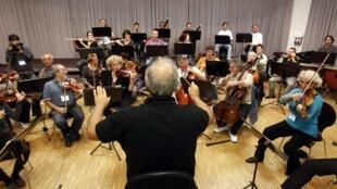 O maestro Roberto Paternostro dirige a Orquestra  de Israel que participa do Festival de Bayreuth, na Alemanha