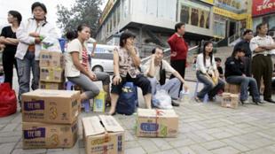 Des familles chinoises viennent retourner le lait frelaté, à Zhengzhou, dans le centre de la Chine, le 23 septembre 2008.