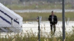 Подозреваемый в угоне самолета AirEgypt покидает лайнер в аэропорту Ларнаки, Кипр, 29 марта 2016 г.