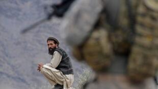 Province du Nuristan, au premier plan un soldat américain, 2009.