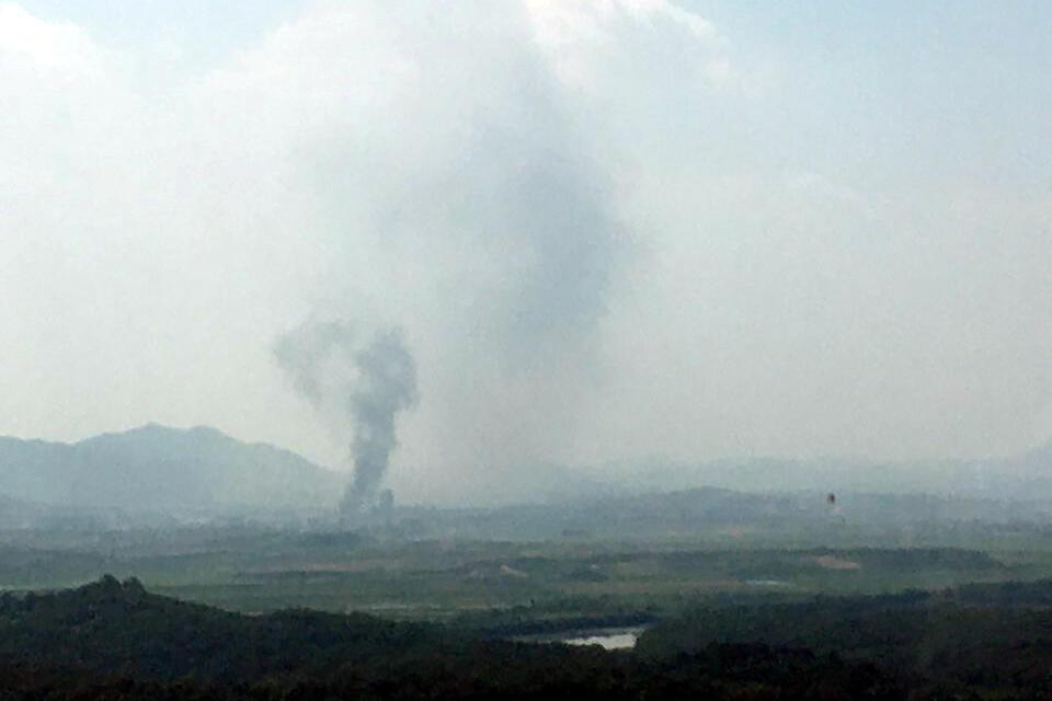 Khói đen bốc lên từ khu công nghiệp Kaesong. Ảnh chụp từ bên Hàn Quốc, ngày 16/06/2020