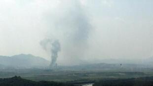 El humo se eleva desde el Complejo Industrial de Kaesong en esta foto tomada desde el lado sur en Paju, Corea del Sur, el 16 de junio de 2020.
