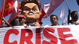 Una muñeca que representa a Dilma Rousseff, presidenta de Brasil, desfila en medio de las manifestaciones organizadas por varios movimientos de izquierda contra la política agraria y económica del Gobierno, en Brasilia, el 24 de agosto de 2011.