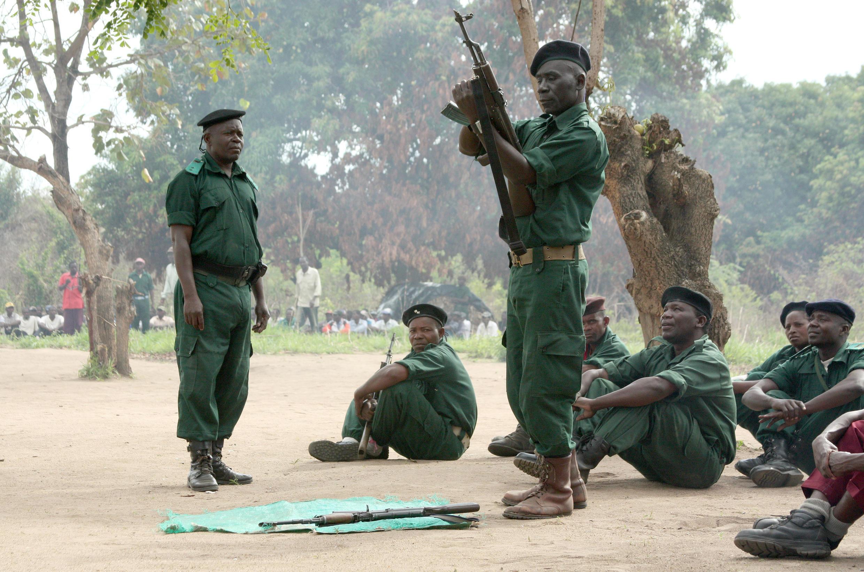 La crise que traverse le Mozambique doit être résolue avant la fin de l'année au risque de dommages importants et durables à son économie. (Photo : Des combattants de la Renamo en plein entraînement dans les montagnes du Gorongosa, en 2012.)