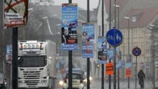 """پوسترهای انتخاباتی حزب """"آلترناتیو برای آلمان"""" (آ.اف.د)، در یکی از خیابان های شهر """"بیترفلد""""."""